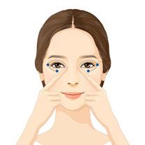 검지를 이용하여 눈썹 앞머리부터 눈썹을 따라 지그시 눌러 줍니다.<br /> 눈 앞머리, 눈초리, 눈 아래를 눌러 줍니다. 2~3회 반복합니다.